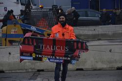 Detrito della Ford Mustang di Dario Caso viene portato via da un commissario di pista