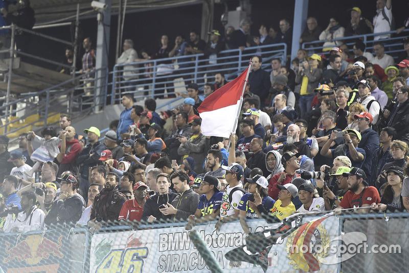 Seorang fans membawa bendera Indonesia di tribun penonton