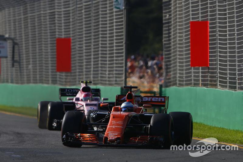 Fernando Alonso, McLaren MCL32, precede Esteban Ocon, Force India VJM10