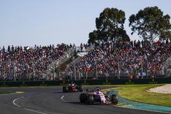 Sergio Perez, Force India VJM10, devant Kevin Magnussen, Haas F1 Team VF-17