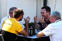 Christian Horner, jefe de equipo de carreras de Red Bull con el Dr. Helmut Marko, asesor de Red Bull