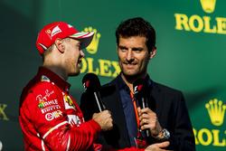 Sebastian Vettel, Ferrari, vainqueur, est interviewé par Mark Webber sur le podium