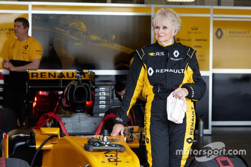 La piloto de 79 años Rosemary Smith en las pruebas del Renault F1