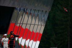 Derde plaats Daniel Ricciardo, Red Bull Racing, gooit zijn schoen van het podium