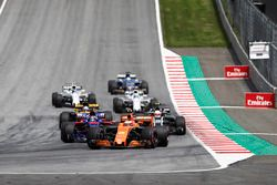 Stoffel Vandoorne, McLaren MCL32, Daniil Kvyat, Scuderia Toro Rosso STR12, Kevin Magnussen, Haas F1