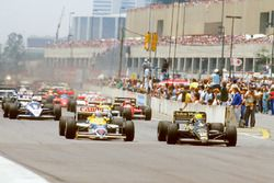Ayrton Senna, Lotus 98T Renault, lidera a Nigel Mansell, Williams FW11 Honda en la arrancada