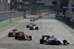 Фелипе Масса, Williams FW38 едет впереди Макса Ферстаппена, Red Bull Racing RB12