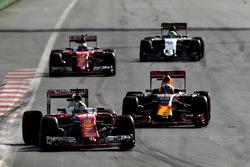 Sebastian Vettel, Ferrari SF16-H, devant Daniel Ricciardo, Red Bull Racing RB12