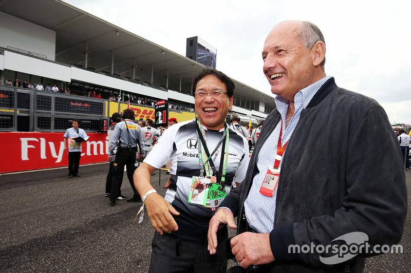 Ron Dennis, Presidente McLaren con Tetsuya Shoji, Capo Ufficio Operativo e Presidente della NTT Communications Corporation