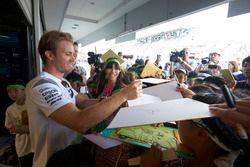 Nico Rosberg, Mercedes AMG F1 signeert handtekeningen