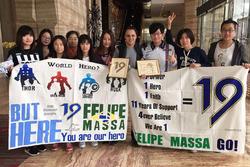 Felipe Massa con i suoi tifosi cinesi