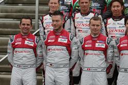 Audi Sport Team Joest-rijders bij de groepsfoto (L naar R): Benoit Treluyer; Andre Lotterer; Marcel Fässler