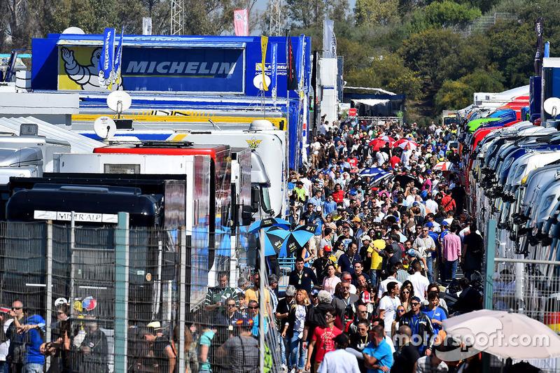 El paddock abarrotado, una de las características de Jerez