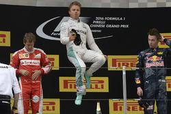 Podium : le vainqueur Nico Rosberg, Mercedes AMG F1 Team, deuxième place Sebastian Vettel, Ferrari