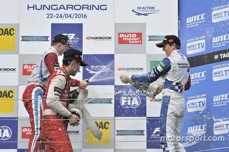 Podio de novato: segundo lugar Guanyu Zhou, Motopark Dallara F312 Volkswagen; Ganador Ralf Aron, Pre