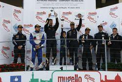 Podio Gara 2 GTCup: al secondo posto Gianluca Carboni e Davide Durante, Drive Technology, i vincitori Ivan Benvenuti e Luca De Marchi, Imperiale Racing, al terzo posto Enrico Quinzio e Domenico Schiattarella, Ebimotors
