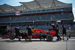 Red Bull Racing RB12 empujado por los mecánicos al escrutinio