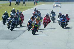 Valentino Rossi prend la tête au départ