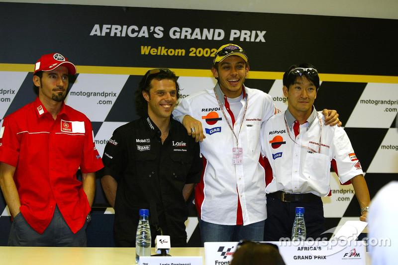 Ganador de la carrera Tohru Ukawa; Valentino Rossi el segundo lugar y tercer lugar Loris Capirossi