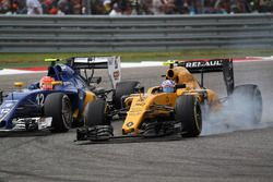 Felipe Nasr, Sauber F1 Team C35 and Jolyon Palmer, Renault Sport F1 Team RE16