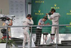Podium: 1. Lewis Hamilton, Mercedes AMG F1; 2. Nico Rosberg, Mercedes AMG F1, mit Victoria Vowles, M