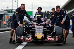 Mechaniker mit dem Auto von Carlos Sainz Jr., Scuderia Toro Rosso STR11
