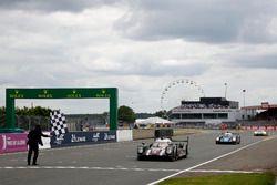 Zielflagge für die Siegerautos der Klassen LMP1, LMP2 und GTE-Pro