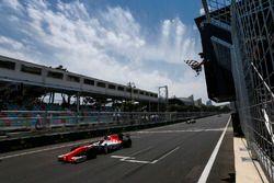 Daniel de Jong, MP Motorsport, cruza la línea de meta