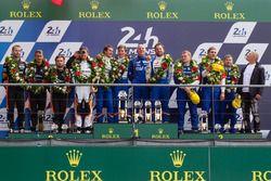 Подиум LMP2: победители Густаво Менесес, Николя Ляпьер и Стефан Ришельми, #36 Signatech Alpine A460,