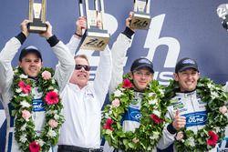 LMGT Pro Podio: ganadores de clase #68 Ford Chip Ganassi Racing Ford GT: Joey Hand, Dirk Müller, Séb