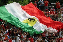 Una gran bandera italiana celebrada por los aficionados en la tribuna