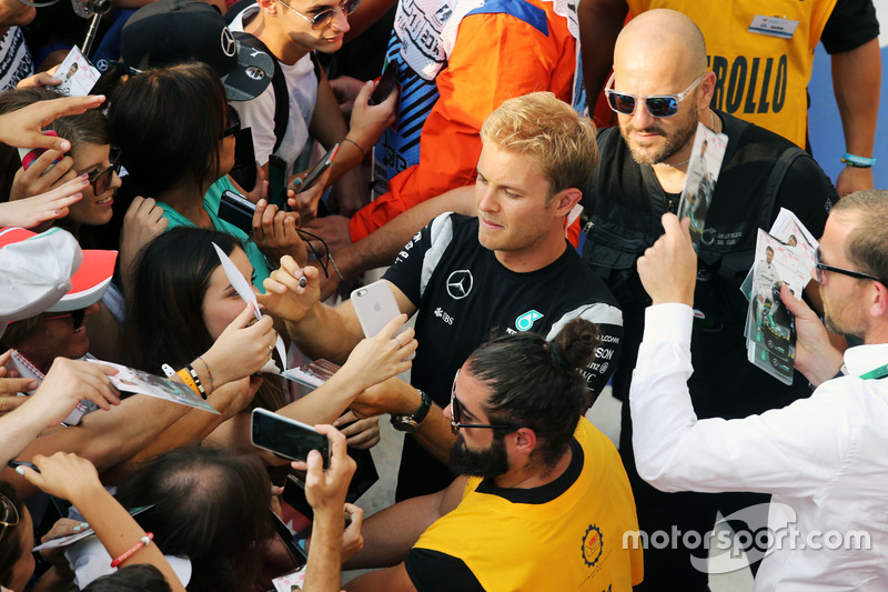 Nico Rosberg, Mercedes AMG F1 imza dağıtıyor