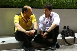 Frédéric Vasseur, Directeur de la compétition Renault Sport F1 Team avec Toto Wolff, Directeur Exécutif Mercedes AMG F1