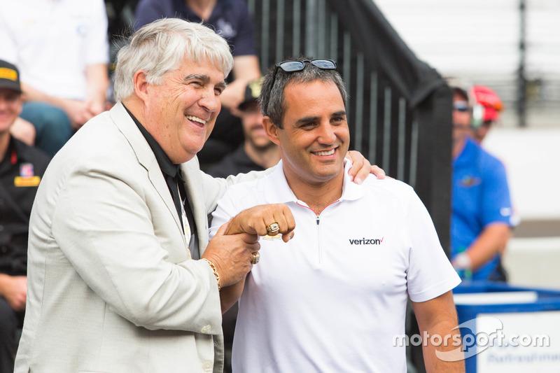 胡安·帕布罗·蒙托亚展示第99届Indy 500大赛冠军戒指