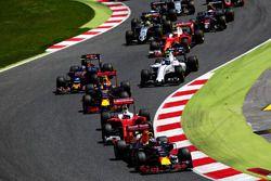 Daniel Ricciardo, Red Bull Racing vor Sebastian Vettel, Scuderia Ferrari SF16-H; Max Verstappen, Red