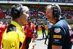 Nick Chester, Directeur Technique Châssis Renault Sport F1 Team avec Paul Monaghan, Ingénieur en Chef Red Bull Racing sur la grille