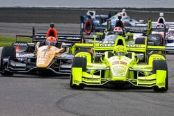 Simon Pagenaud, Team Penske Chevrolet, James Hinchcliffe, Schmidt Peterson Motorsports Honda