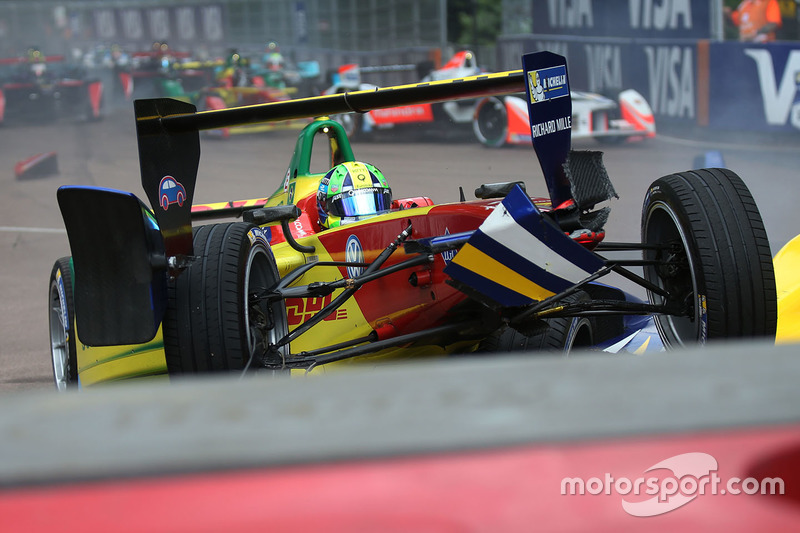 Lucas di Grassi, ABT Schaeffler Audi Sport and Sébastien Buemi, Renault e.Dams crash in the first co