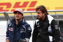 Carlos Sainz Jr., Scuderia Toro Rosso con Fernando Alonso, McLaren en el desfile de pilotos