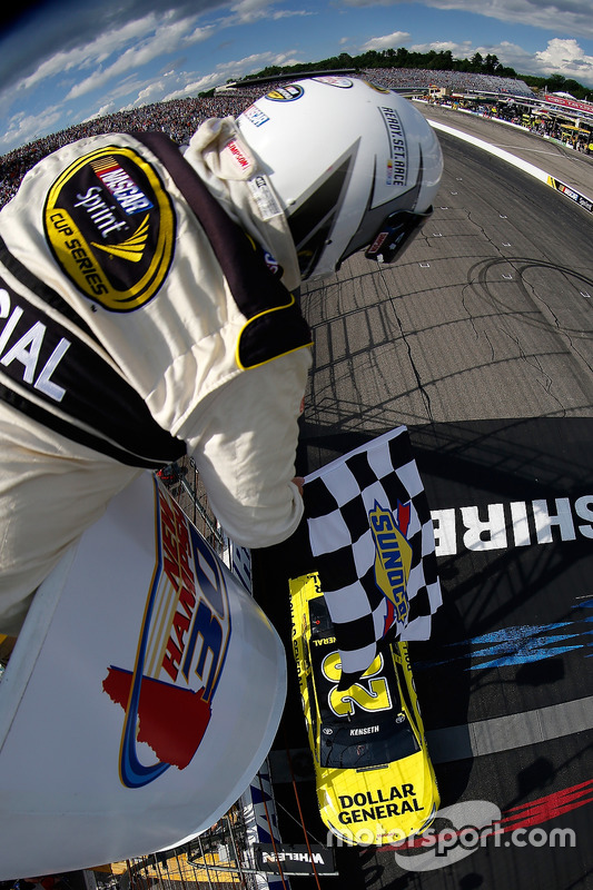 Matt Kenseth, Joe Gibbs Racing Toyota takes the checkered flag