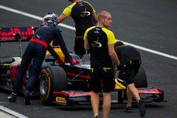 ميكانيكي فريق دامس يساعدون بيير غاسلي، بريما ويدفعون السيارة لمنطقة الصيانة