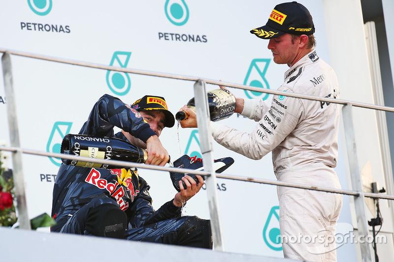 Rosberg acepta a regañadientes el 'shoey'