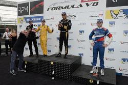 Podio: ganador de la carrera Roy Nissany, Lotus, segundo lugar Louis Deletraz, Fortec Motorsports, t