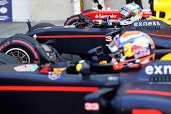 Le quatrième, Daniel Ricciardo, Red Bull Racing RB12 sort de sa voiture à côté de son équipier Max Verstappen, Red Bull Racing RB12 dans le Parc Fermé