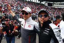 Fahrerparade: Esteban Gutierrez, Haas F1 Team; Sergio Perez, Sahara Force India F1
