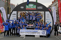 L'équipe Volkswagen Motorsport célèbre son titre