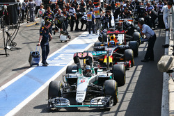 Nico Rosberg, Mercedes AMG F1 W07 Hybrid in the pits as the race is stopped