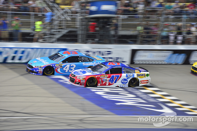 A.J. Allmendinger, JTG Daugherty Racing Chevrolet, Aric Almirola, Richard Petty Motorsports Ford