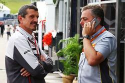 Guenther Steiner, director del equipo de Haas F1 con Mario Isola, Manager de carreras de Pirelli