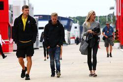 Гонщик Renault Sport F1 Кевин Магнуссен и его девушка Луиза